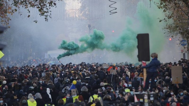 Shocking: Bank of France burns as protests increase in Paris